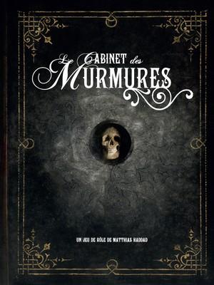 Couverture du livre de base La Cabinet des Murmures. Au centre d'une couverture noire ornée d'arabesques dorées évoquant un vieil ouvrage, un crâne humain dévisage le lecteur.